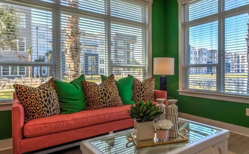 Asientos para los residentes con un sofá y ventanas que rodean para que haya mucha luz natural.